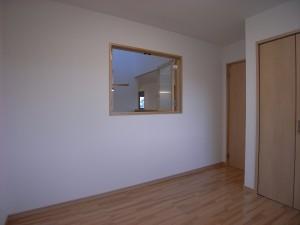2階洋室 窓からは吹抜けが見えます。