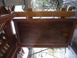 欅の一枚板の扉も磨いて補修をしています
