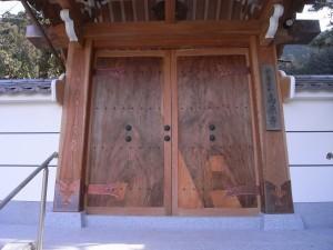 ケヤキ一枚板の門扉-After