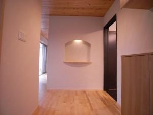玄関 床材はアカシア無垢フローリング,天井は杉無垢羽目板張