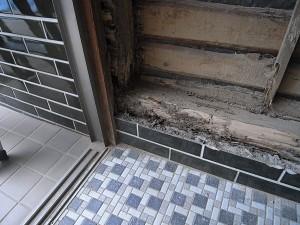玄関廻り蟻害-1